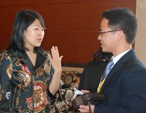 戴尔大中国区**总监洪维女士与易展CEO林伟交谈